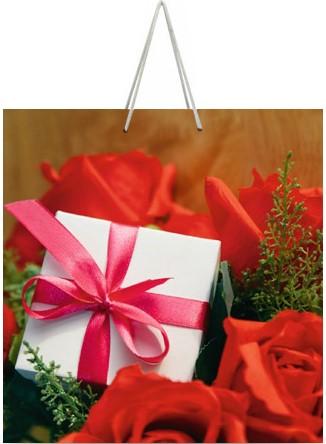 """Подарочный пакет картонный """"КВАДРАТ"""" 59 """"Розы и подарок"""" (23х24х10)"""
